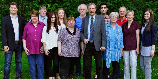 Ein Gruppenfoto mit dreizehn Personen