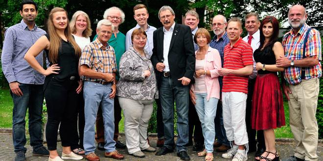 Gruppenfoto mit fünfzehn Personen