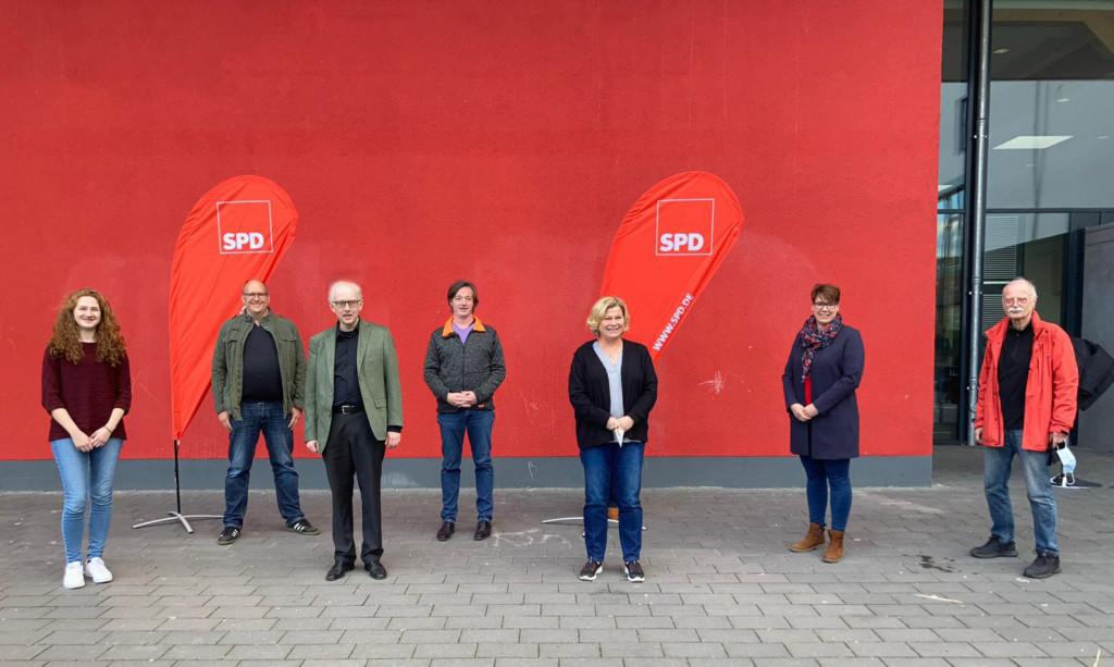 Regins Hogrefe und Robert Schmitz mit den weiteren Kandidatinnen und Kandidaten auf der SPD-Regionsliste für Hannover-Nordost.