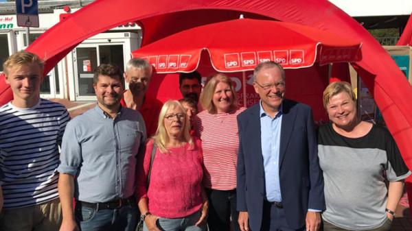 Mitgleder des SPD-Ortsvereins Bothfeld mit Stephan Weil am Ortsvereinsstand auf dem Bothfelder Herbstmarkt
